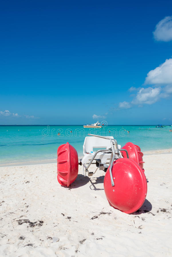 Trehjuling på den Isla Mujeres stranden, tropiskt paradis som är karibiskt Mig arkivbild