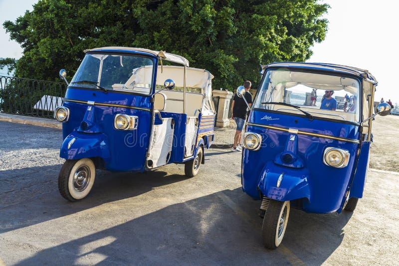 Trehjulingar av det Piaggio märket i Siracusa, Sicilien, Italien royaltyfri bild