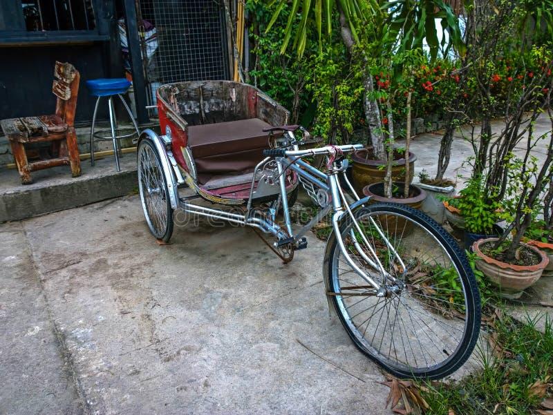 Trehjulingrickshaws på gatorna av Thailand arkivbilder