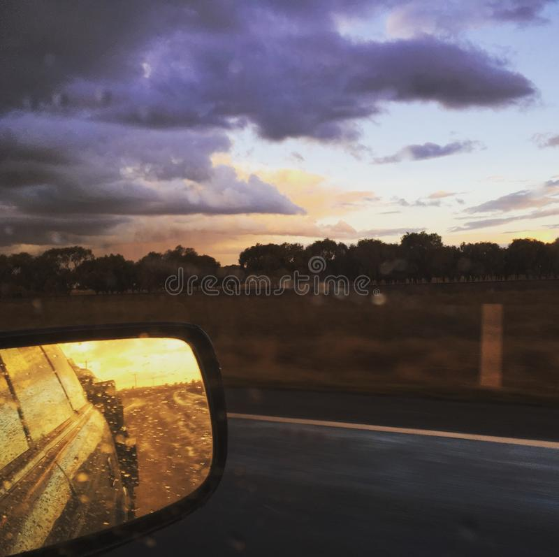 Treiberperspektive, änderndes Wetter Sturmwolken, -sonne und -regen stockbild