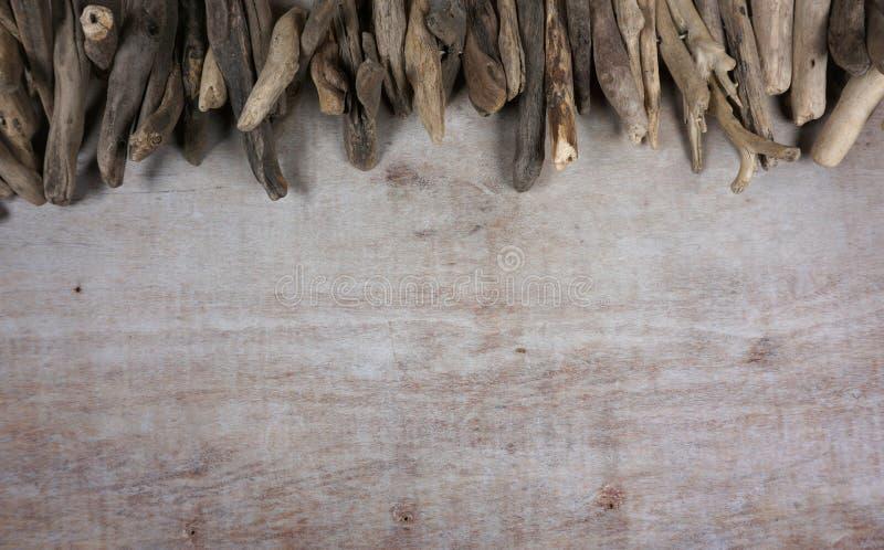 Treibholz am hölzernen Hintergrund, Dekoration, Seeeinzelteile, Seegegenstände mit Kopienraum für Ihren eigenen Text stockfotografie