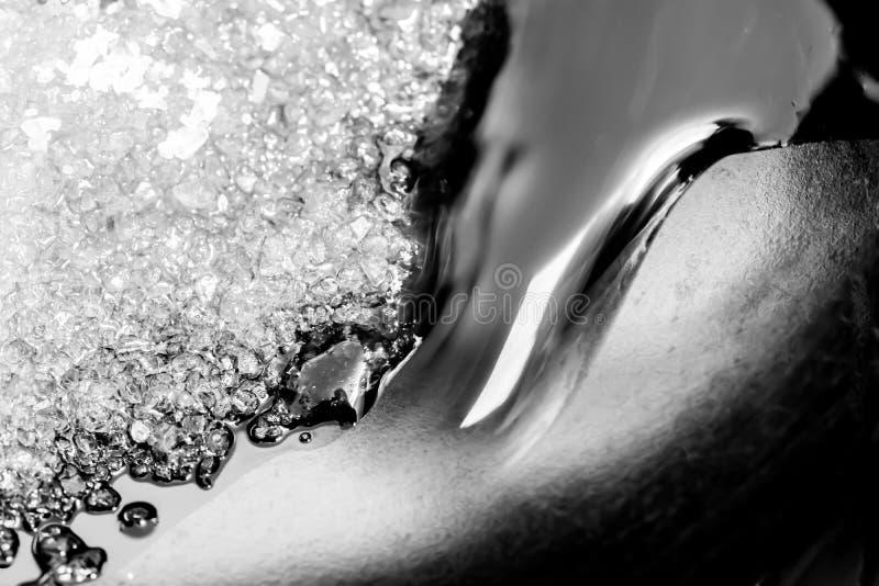 Treibstoff auf dem Strand mit Welle stockbilder