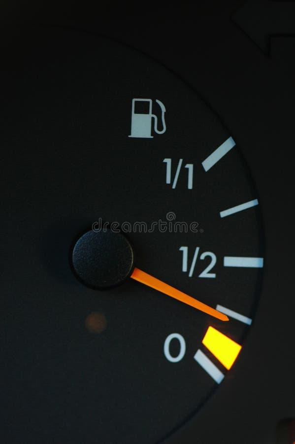 Treibstoffmeßinstrument, das niedrigen Treibstoff zeigt lizenzfreie stockfotografie