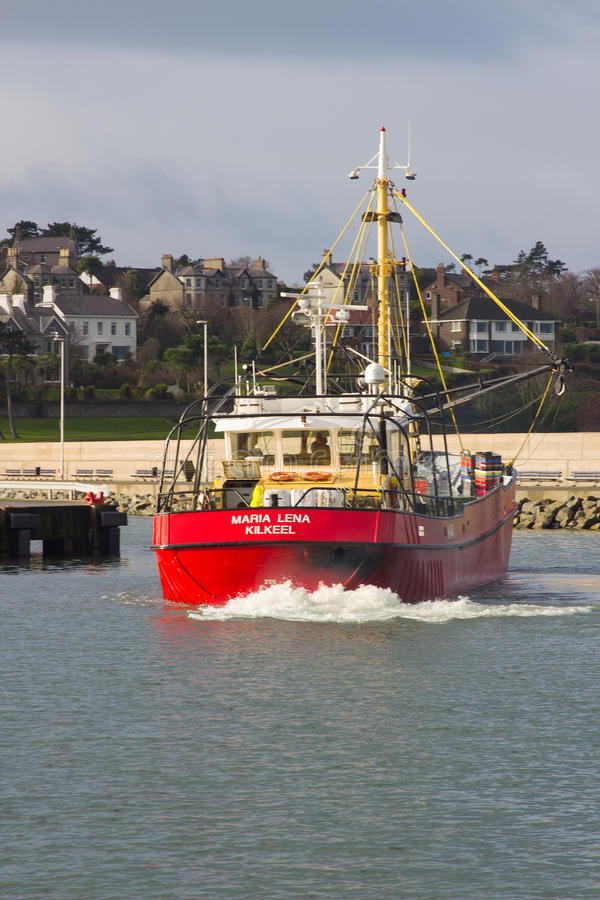 Treiler die komen in de haven van Bangor in Ierland na weken aan te leggen die in het Ierse overzees vissen royalty-vrije stock afbeelding