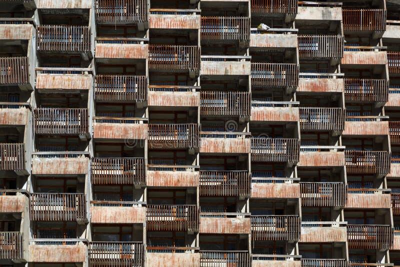 Treillagez les balcons délabrés des salles standard du vieil hôtel non fini image stock