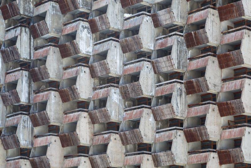 Treillagez les balcons délabrés des salles standard du vieil hôtel non fini comme fond ou contexte images libres de droits