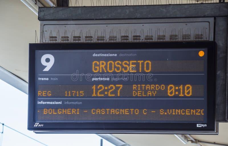 Trein aan Grossetto bij het platform van de Centrale post van Pisa - PISA ITALIË - 13 SEPTEMBER, 2017 stock fotografie