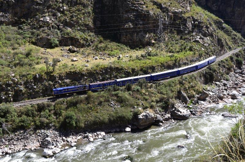 Trein aan Machu Picchu met rivier Urubamba royalty-vrije stock foto's