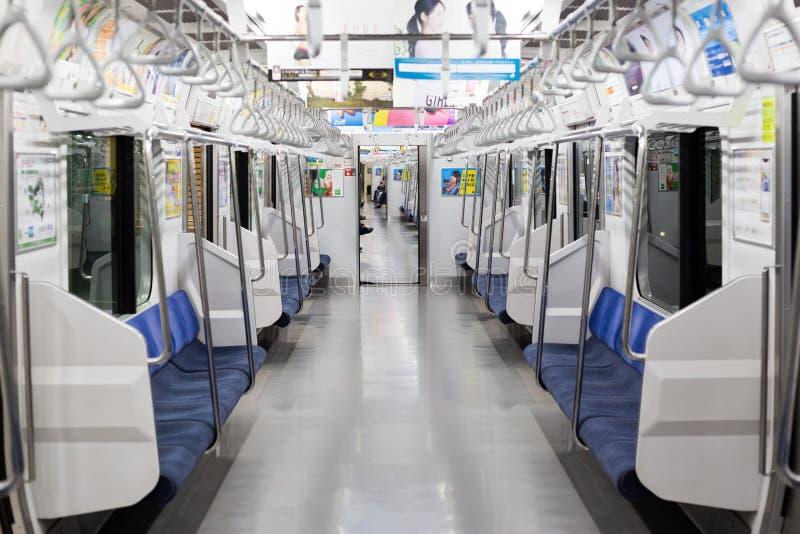 Trein aan Tokyo op de lijn chuo-Sobu bij 5am royalty-vrije stock foto's