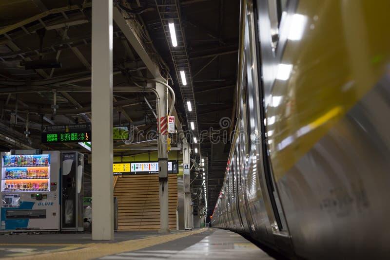 Trein aan Tokyo op de lijn chuo-Sobu bij 5am stock afbeelding