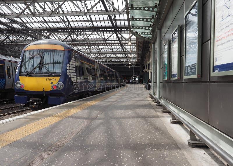 Trein bij de post van Edinburgh Waverly in Edinburgh stock fotografie