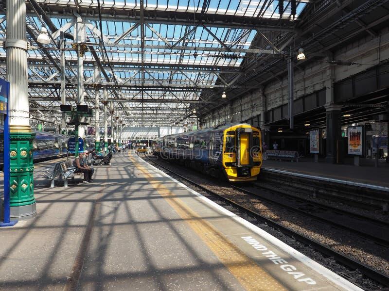 Trein bij de post van Edinburgh Waverly in Edinburgh stock afbeelding