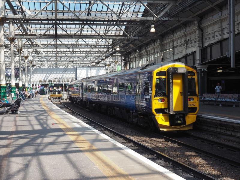Trein bij de post van Edinburgh Waverly in Edinburgh stock foto