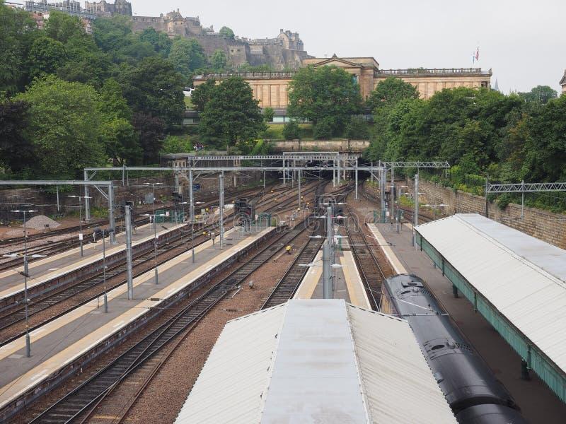Trein bij de post van Edinburgh Waverly in Edinburgh royalty-vrije stock afbeeldingen