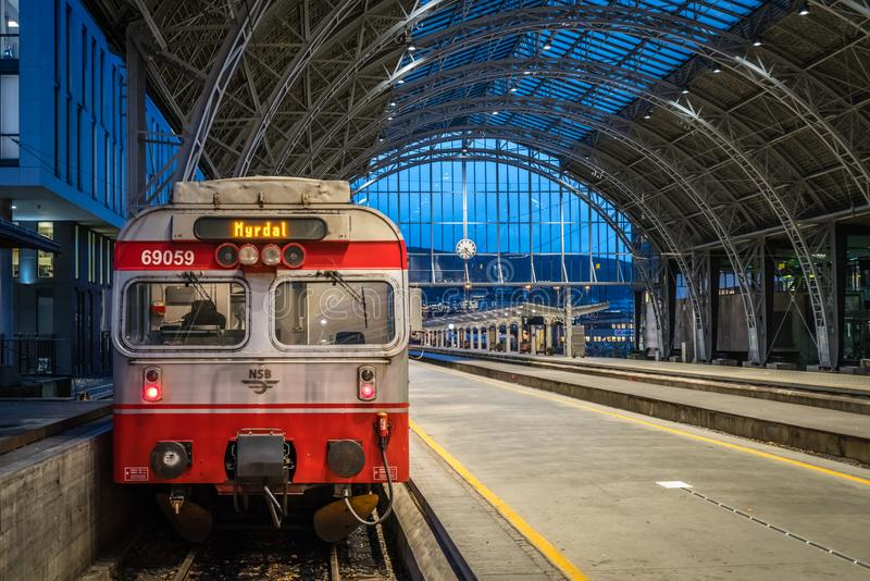 Trein bij het station in de stad van Bergen in Noorwegen royalty-vrije stock fotografie