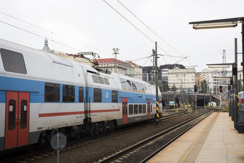 Trein bij het station of praha van Praag hoofdhlavninadrazi stock foto's