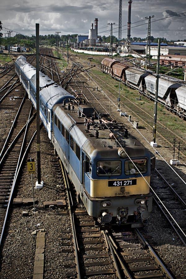 Trein bij station royalty-vrije stock afbeeldingen