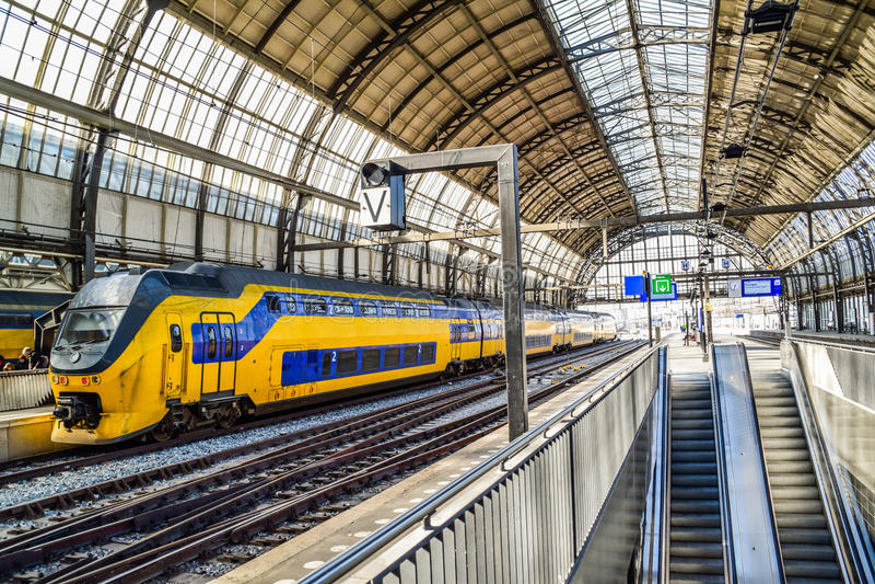 Trein in Centrale Post in Amsterdam Nederland stock foto's