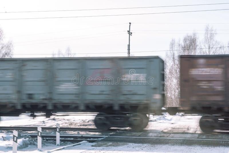 Trein in de winter Trein in de winter Trein bij snelheid royalty-vrije stock afbeelding