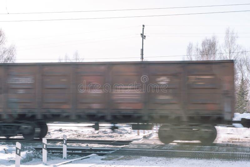 Trein in de winter Trein in de winter Trein bij snelheid stock foto