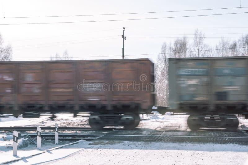 Trein in de winter Trein in de winter Trein bij snelheid stock afbeelding