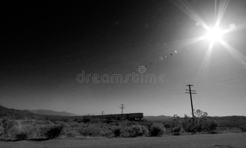 Trein in de woestijn stock afbeeldingen