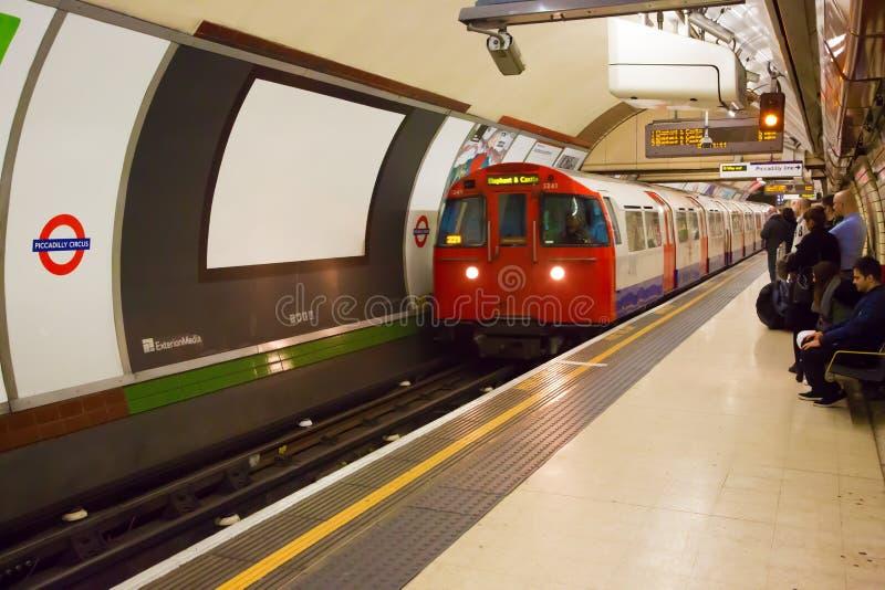 Trein die aan Piccadilly-Circuspost aankomen in Londen stock foto