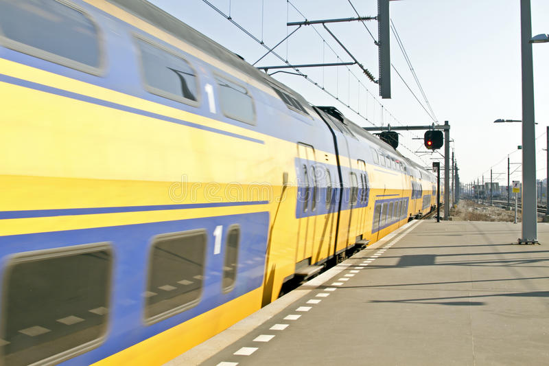 Trein die in Amsterdam aankomt Nederland stock afbeelding
