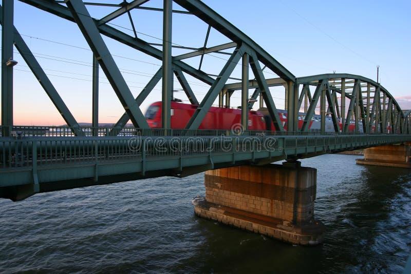 Trein die brug over rivier kruist stock foto's