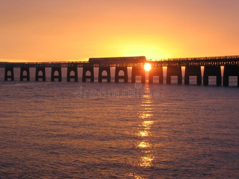 Trein die de brug van het Spoor kruist Tay royalty-vrije stock afbeelding