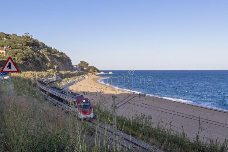 Trein die door het strand van Calella overgaan royalty-vrije stock fotografie