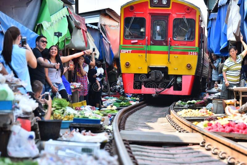 Trein die door Maeklong-spoorwegmarkt overgaan, Thailand royalty-vrije stock afbeelding