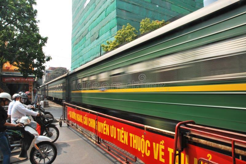 Trein die, Hanoi, Vietnam kruisen stock foto