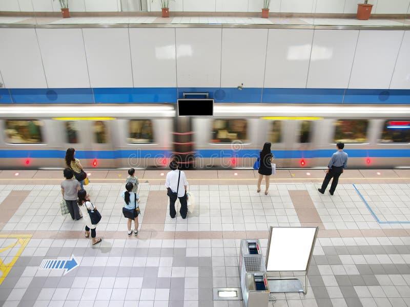 Trein die metropost overgaat stock fotografie