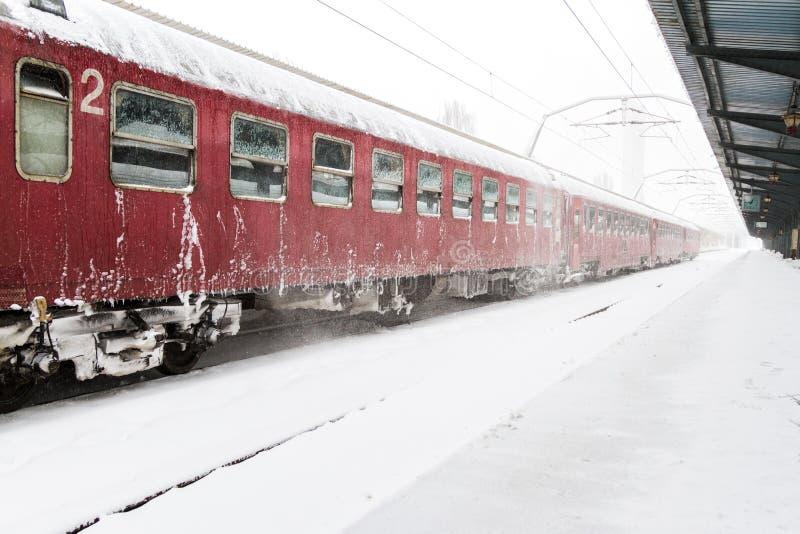 Trein die tijdens een sneeuwonweer aankwam royalty-vrije stock foto