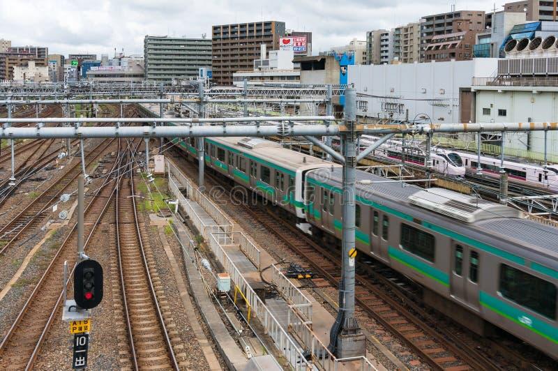 Trein die Ueno-station overgaan royalty-vrije stock foto's
