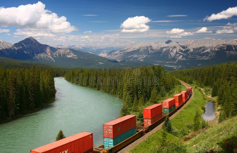 Trein die zich in Moutains beweegt stock foto's