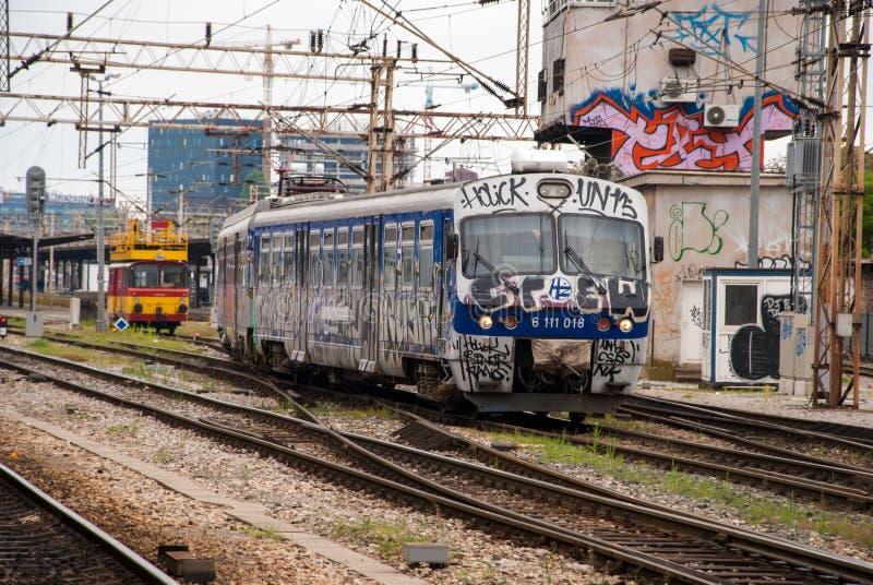 Trein die zich uit die een post bewegen in graffiti in Zagreb, Cro wordt behandeld royalty-vrije stock afbeelding