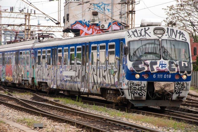 Trein die zich uit die een post bewegen in graffiti in Zagreb, Cro wordt behandeld stock foto's