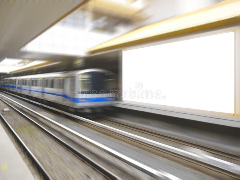 Trein en Leeg aanplakbord stock foto