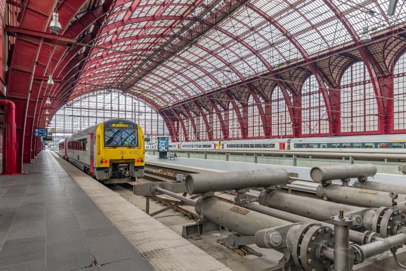Trein klaar voor vertrek bij de Centrale post van Antwerpen, België stock afbeelding