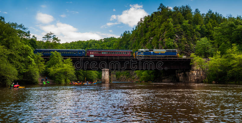 Trein op brug die de Lehigh-Rivier, Pennsylvania kruisen stock afbeelding