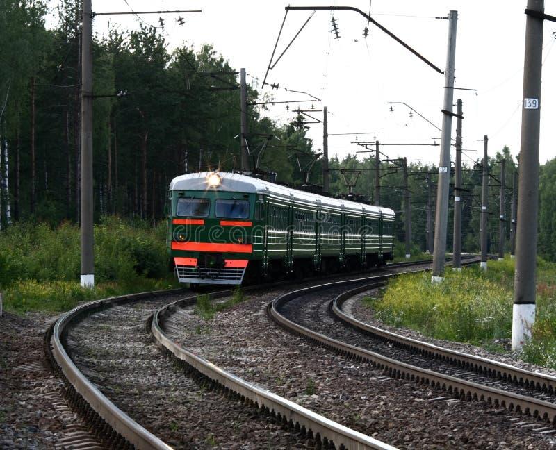 Trein op de spoorweg stock afbeelding