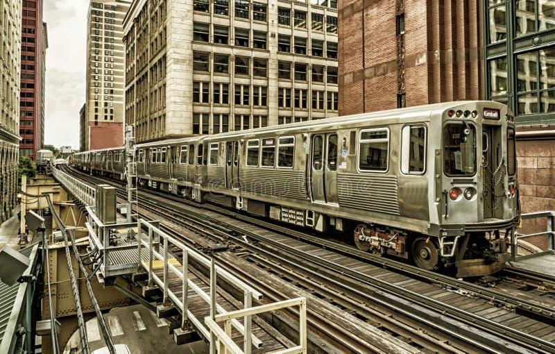 Trein op opgeheven sporen binnen gebouwen bij de Lijn, de Stadscentrum van Chicago - Zwart Gouden Artistiek Effect - Chicago, Ill stock afbeeldingen