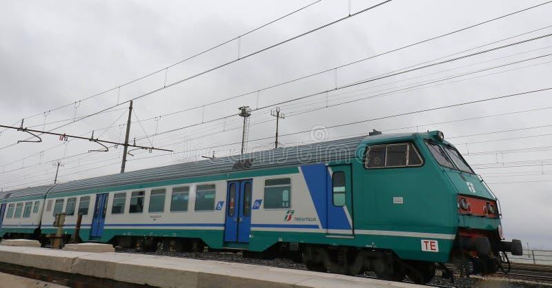 Trein op sporen in Italië stock afbeeldingen