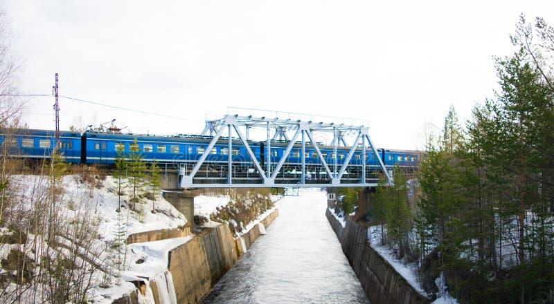 Trein over de rivier stock afbeeldingen