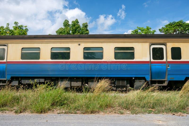 Trein van de zijaanzicht de uitstekende lorrie op spoor stock afbeelding