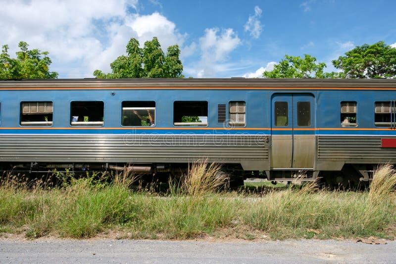 Trein van de zijaanzicht de uitstekende lorrie op spoor stock fotografie