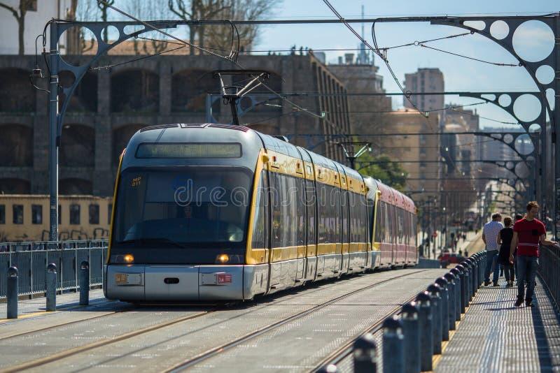 Trein van Porto Metro op Dom Luis-ijzerbrug in Oude Stad stock fotografie