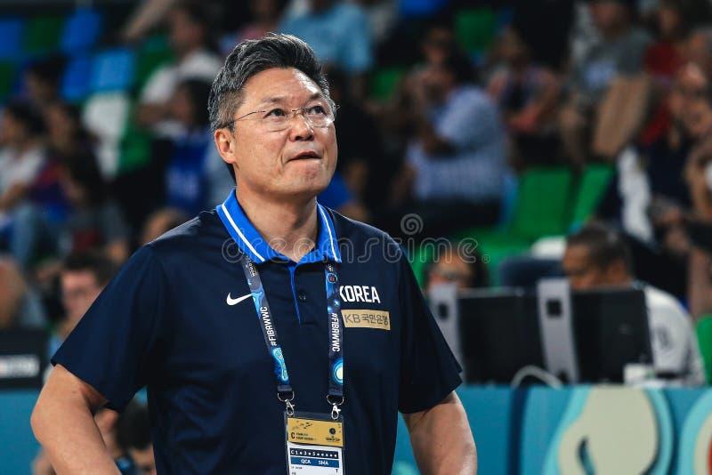 Treinador coreano, Lee de Moonkyu, na arena de Quico Cabrera durante o fósforo de basquetebol foto de stock